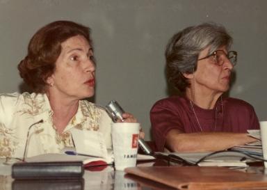 Nesta imagem as ambientalistas participavam de um debate sobre Ecologia & Meios de Comunicação, em 1990, na PUCRS.